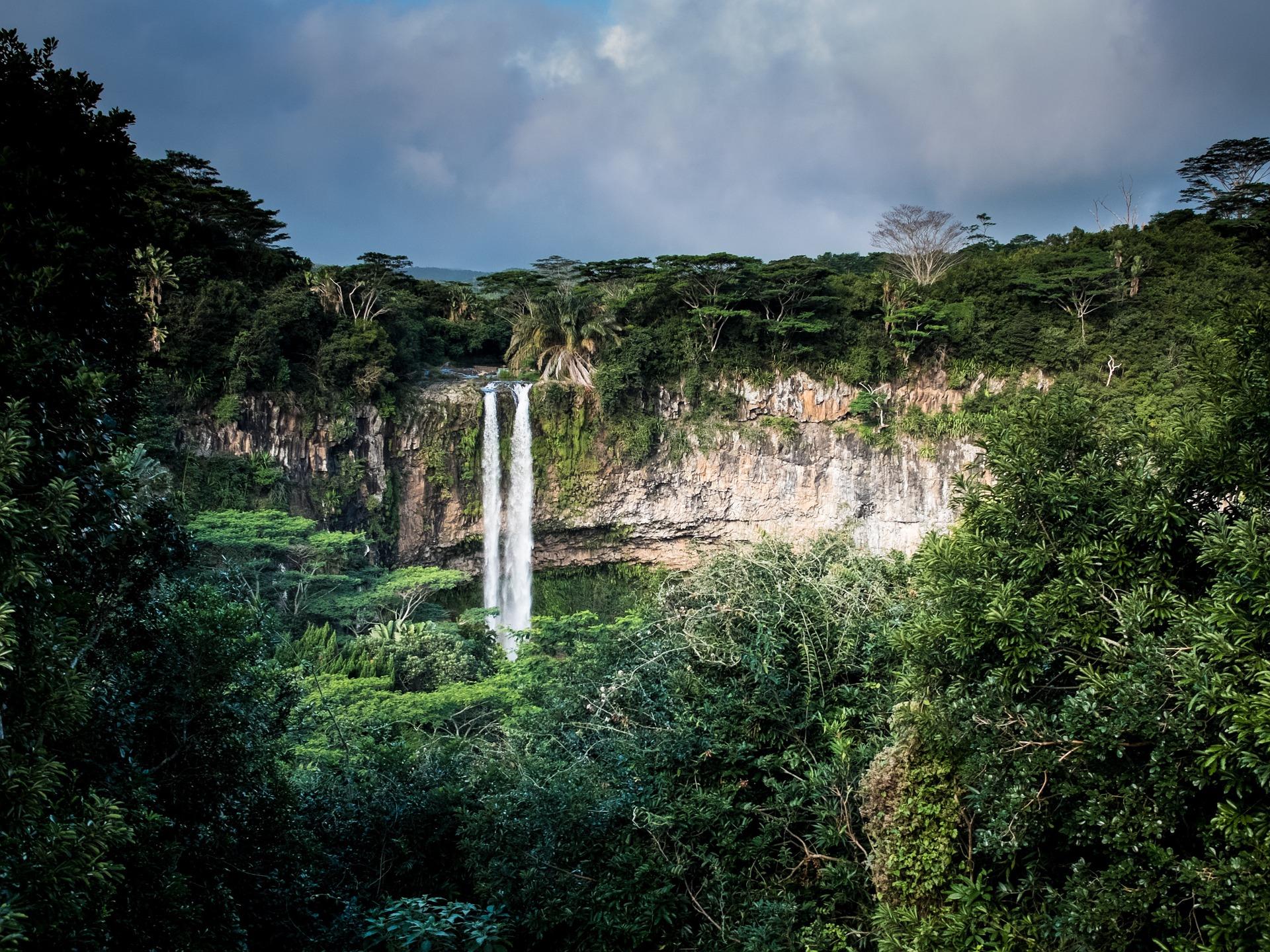 waterfall-1030737_1920.jpg
